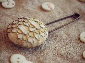 スモッキング刺繍くるみボタンのスカーフピン S-7の画像