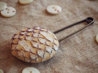 スモッキング刺繍くるみボタンのスカーフピン S-8の画像