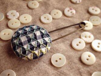 スモッキング刺繍くるみボタンのスカーフピン S-12の画像