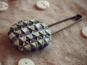 スモッキング刺繍くるみボタンのスカーフピン S-11の画像