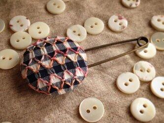 スモッキング刺繍くるみボタンのスカーフピン S-13の画像