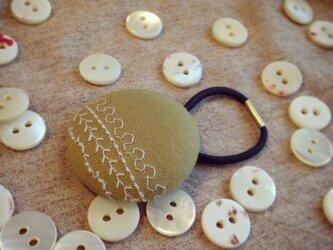 ミシン刺繍くるみボタンのへアゴム m-2の画像
