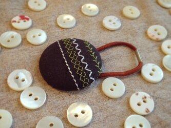 ミシン刺繍くるみボタンのへアゴム m-13の画像