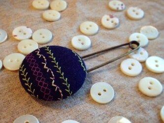 ミシン刺繍くるみボタンのスカーフピン m-14の画像