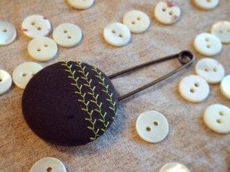 ミシン刺繍くるみボタンのスカーフピン m-15の画像