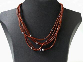 ブラウン革紐と淡水パールの5連ネックレスの画像