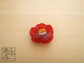 帯留 赤色の椿の画像