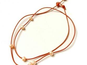 オレンジ革紐と淡水パールのネックレスの画像