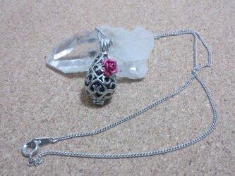 薔薇と透かし玉のネックレスの画像