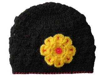 子供用:シンプル手編みニット帽 黒に黄色いお花付き(40cm)の画像