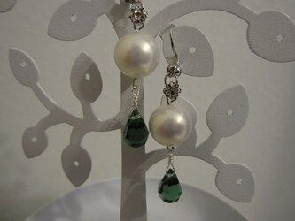パールとグリーンのイヤリングの画像