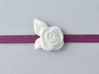 白磁の帯留・白バラの画像