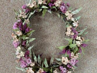 なでしこ と ピンクの小花に赤紫の実 * リースの画像