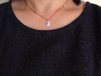 雪の結晶レッドコードプチネックレスの画像