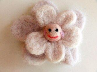 スマイルウールコサージュ 笑顔の白い花の画像