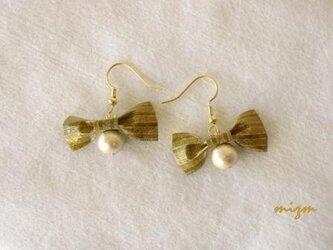 ゴールドシャイニーリボンとコットンパールの画像