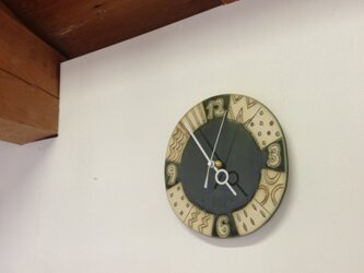 「数字と幾何学模様」の陶製時計の画像