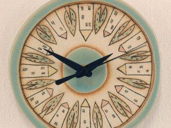 「家と木模様」の陶製時計の画像