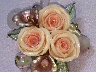 サーモンピンク色のバラのブローチの画像