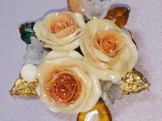 カフェオレオレンジのバラのブローチの画像