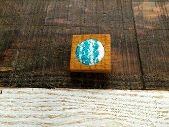 木と裂き織りのブローチ 角丸02の画像
