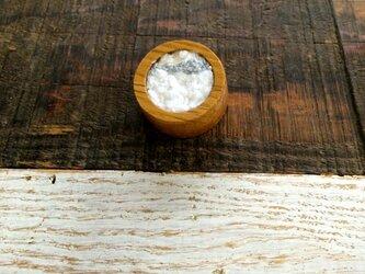 木と裂き織りのブローチ 丸03の画像