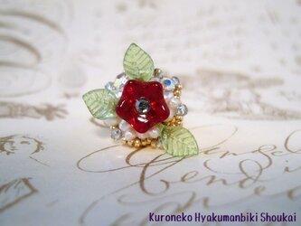 ベビーパールと赤いお花のピンズの画像