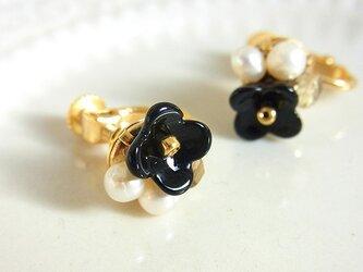 お花とパールのイヤリング blackの画像