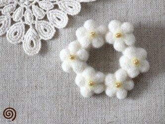 白い小花のリースブローチの画像