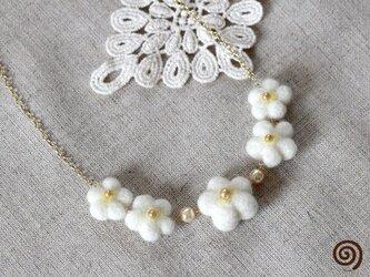 白い小花のネックレスの画像