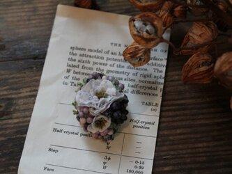ブルーの小花とパープルの実の片耳ピアス(フェイク)の画像