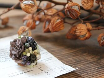 グレーの小花と小さな実の片耳ピアス(フェイク)の画像
