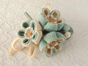 〈つまみ細工〉梅三輪とベルベットリボンの髪飾り(千草色)の画像
