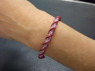 螺旋が美しい赤と紫のスパイラル組紐ブレスレットの画像