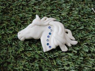 馬の彫刻風ブローチの画像