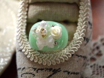 白と緑のリング * 指輪の画像