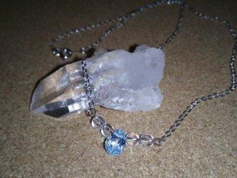 ブルートパーズと水晶のネックレスの画像