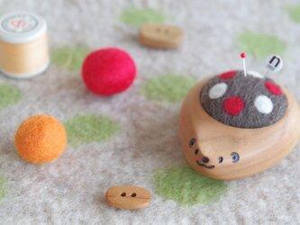 ハリネズミの羊毛ピンクッション【針山】水玉 赤色の画像