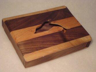 無垢材のスリムなイルカの小物入れの画像