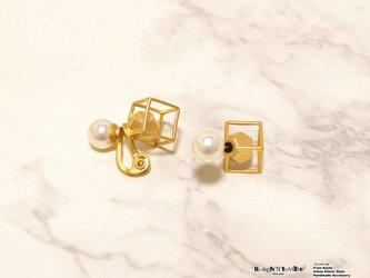 Cube catch pierce gold×pearl(片耳販売)の画像