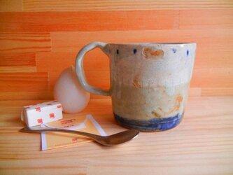 手捻りマグカップの白紺の画像
