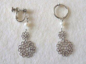 ホワイトパールと透かしパーツのイヤリング(フープ式)の画像