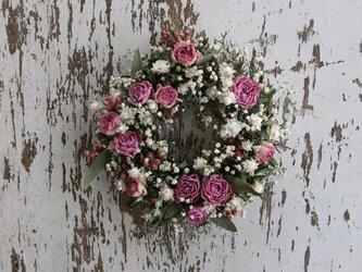 バラとかすみ草のミニリースの画像
