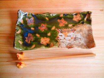 桜のしたで寝る猫の板皿:aの画像