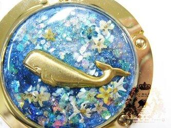 お花の海のバッグハンガー(クジラ・ディープブルー)の画像