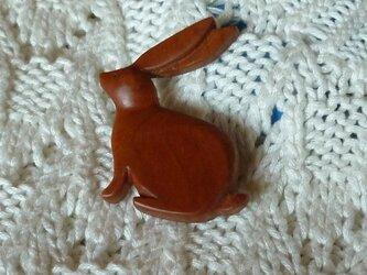 座るウサギのブローチの画像