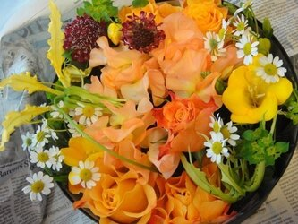 季節のお花がギュッとつまったお楽しみアレンジメントの画像