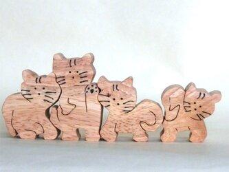猫4匹(組木)の画像