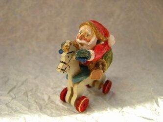 木馬に乗ったサンタクロース 木彫りの画像