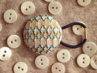 スモッキング刺繍くるみボタンのへアゴム S-9の画像